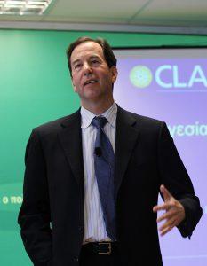"""רונלד חפץ, בהרצאה ביוון ב-2010 בנושא של """"מנהיגות במצבי משבר""""."""